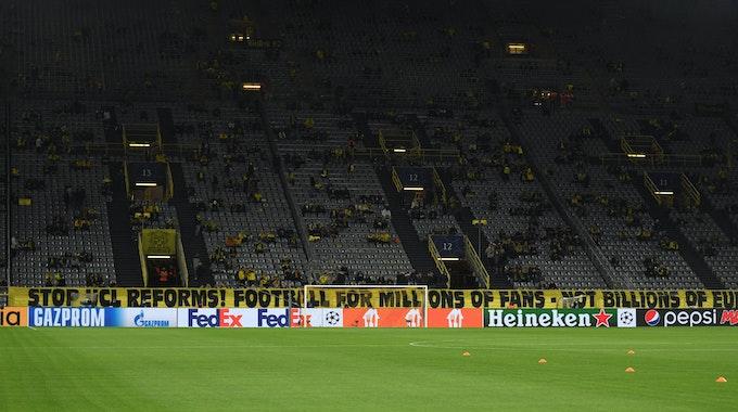 Vor der Südtribüne in Dortmund hängt am 28. September 2021 ein Transparent, dass die Champions-League-Reform kritisiert.