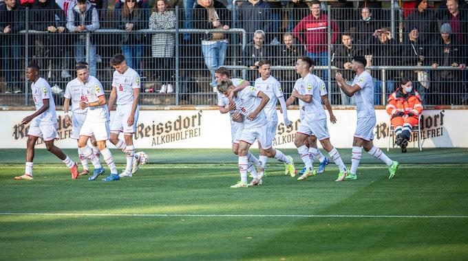 Die Spieler der U19 des 1. FC Köln feiern ein Tor gegen KRC Genk