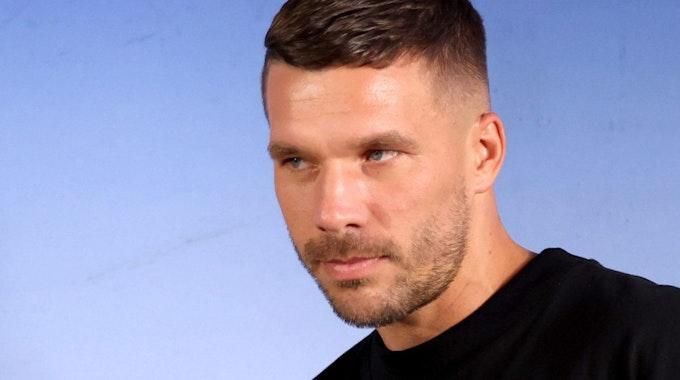 Der deutsche Fußballspieler Lukas Podolski kommt am 08.07.2021 zu einer Pressekonferenz bei seiner Vorstellung als Neuzugang beim polnischen Fußball-Erstligisten Gornik Zabrze.