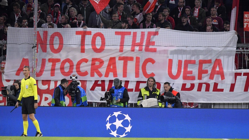 """Auf einem Banner vor der Bayernkurve steht: """"No to the autocratic UEFA""""."""