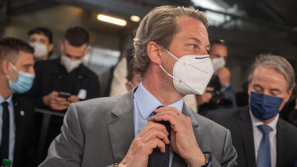 Andreas Scheuer (CSU), Bundesminister für Verkehr und digitale Infrastruktur, am 29. September am Bahnhof Südkreuz in Berlin. Er trägt eine Maske, viele Menschen sammeln sich um ihn.