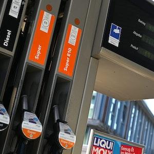 Das Foto zeigt eine Zapfsäule an einer Tankstelle. Ab Oktober hängen an Tankstellen neue gelborangene Schilder. Sie dienen dem Energiekostenvergleich für Pkw und sollen Autofahrer darüber informieren, wie viel sie mit einem anderen Antrieb zahlen müssten.
