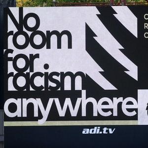 """Auf der Anzeigetafel von Aston Villa steht No Room for Racism (Deutsch: """"Kein Raum für Rassismus"""")"""