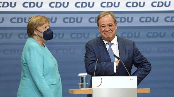 Würde Armin Laschet Kanzler werden, wenn die Deutschen wie im US-Wahlsystem wählen würden? Hier steht er kurz nach der Wahl am 26. September im Konrad-Adenauer-Haus neben Noch-Kanzlerin Merkel.