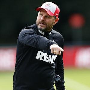 Steffen Baumgart trägt eine Kappe des 1. FC Köln beim Training.