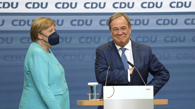 Bundeskanzlerin Angela Merkel steht gemeinsam mit Armin Laschet am Abend der Bundestagswahl (26.09.2021) im Konrad-Adenauer-Haus auf der Bühne.