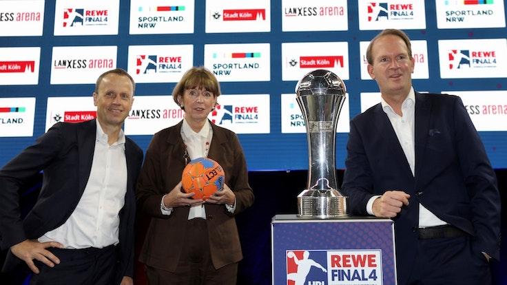 Frank Bohmann, Henriette Reker und Stefan Löcher (v.l.) bei der Pressekonferenz zum DHB-Pokal ab 2023.