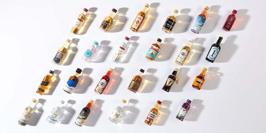 24 Spirituosenflaschen aus dem Adventskalender von Amazon.