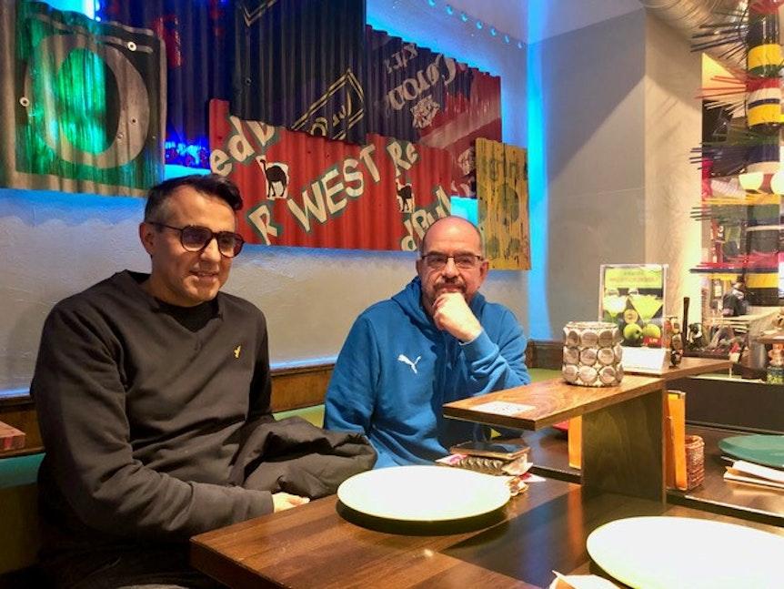 Shahram Golestani und Paul Stern sitzen an einem der Tische im Shaka Zulu.