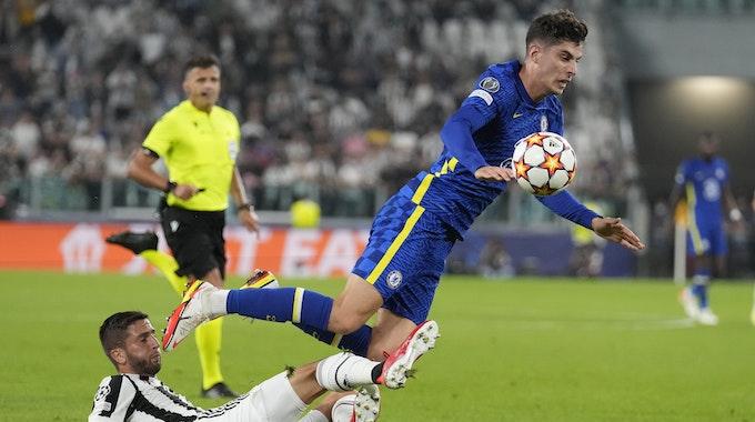 Juventus' Rodrigo Bentancur attackiert Chelsea-Star Kai Havertz.