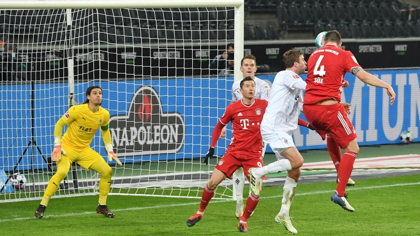 Gladbachs Innenverteidiger Matthias Ginter (im Hintergrund) hat in dieser Szene den Kopfball von Bayern-München-Verteidiger Niklas Süle (r.) genau im Blick und klärt Sekundenbruchteile später vor der Linie für den bereits geschlagenen Schlussmann Yann Sommer. Ginter rettete damit in der Nachspielzeit den Borussen-Sieg (3:2) im Bundesliga-Duell am 8. Januar 2021.