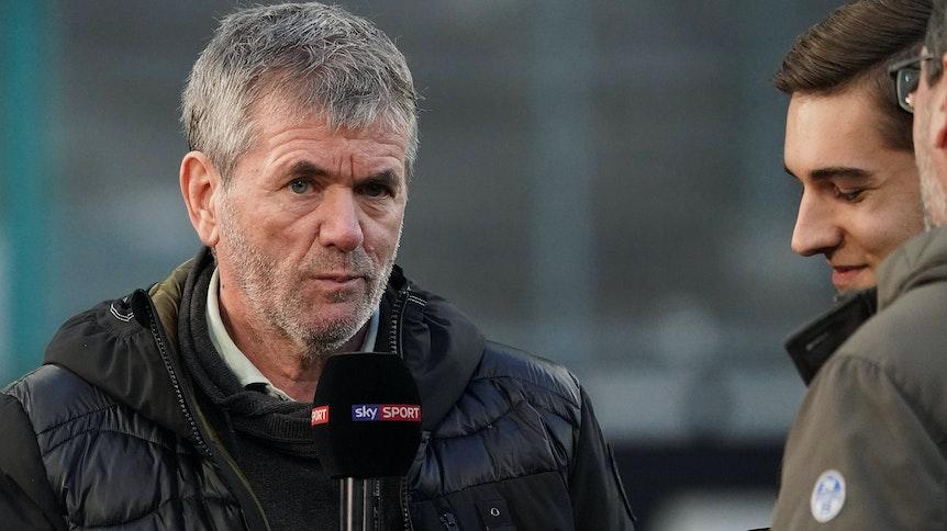 Trainer-Ikone Friedhelm Funkel (l.), hier bei einem TV-Interview am 11. März 2020 im Borussia-Park zu sehen, spricht und schaut in die Kamera.