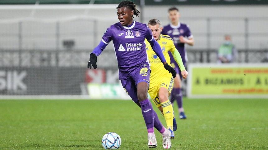 Borussia soll Kouadio Koné, hier bei einem französischen Zweitliga-Spiel beim FC Pau, bereits im Winter verpflichten sollen.