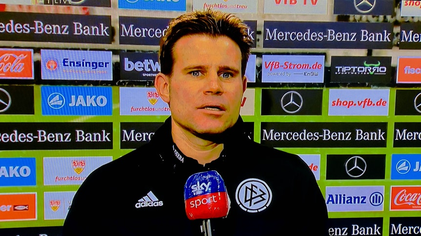 Schiedsrichter Felix Brych stellt sich nach dem Schlusspfiff in Stuttgart dem TV-Sender Sky.