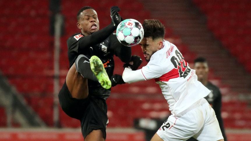 Denis Zakaria kämpf mit Stuttgarts Nicolas Gonzalez um den Ball.