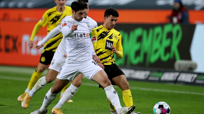 Gladbach-Kapitän Lars Stindl (l.) im Zweikampf mit Dortmunds Mateu Morey während des Bundesliga-Spiels gegen Borussia Dortmund am 22.Januar 2021 im Borussia-Park.