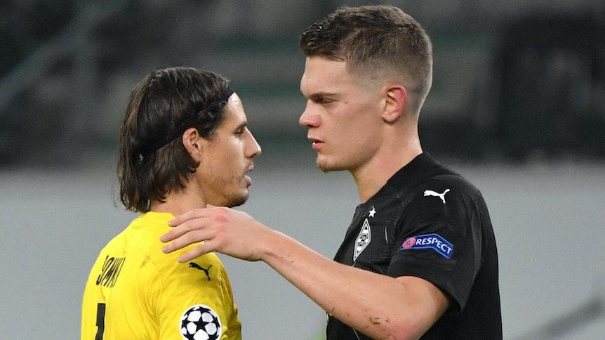 Borussias Yann Sommer (l.) und Matthias Ginter (r.) umarmen sich nach dem Champions-League-Sieg gegen Schachtar Donezk.