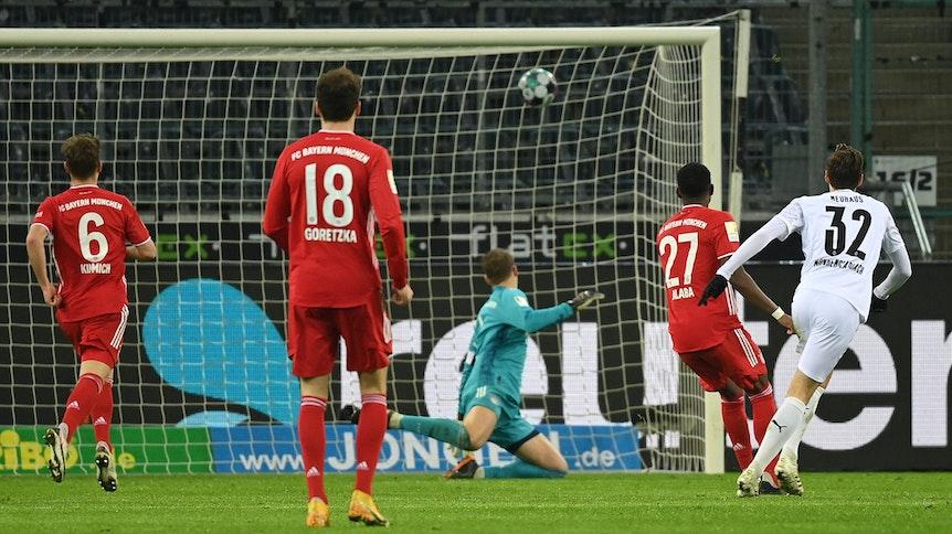 Gladbachs Florian Neuhaus schießt am 8. Januar 2021 den Ball zum 3:2-Endstand in das Tor des FC Bayern München.