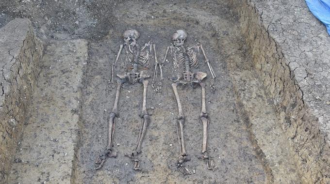 Archäologie-Fund in Deutschland: Ein 1500 Jahre altes Grab ist im Herbst 2021 in Nordschwaben entdeckt worden. Hier sieht man die Skelette des Liebespaares.