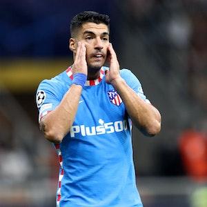 Luis Suarez fasst sich mit beiden Händen an die Wangen.