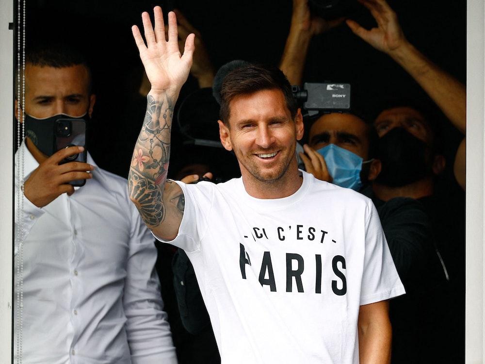 Lionel Messi winkt seinen Fans zu.