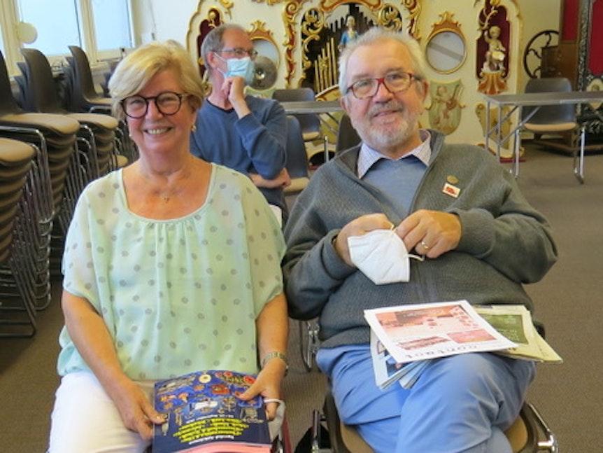 Sieglinde und Rudolf Doose verfolgen eine Versteigerung in einem Auktionshaus.