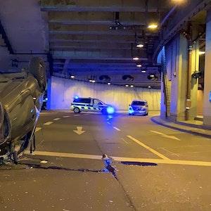 Ein Auto liegt im Tunnel der Lanxess Arena auf dem Dach.