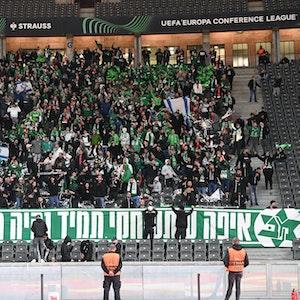 Der Gästeblock des Berliner Olympiastadions, gefüllt mit Fans von Maccabi Haifa. Vereinzelt sind Israel-Fahnen zu sehen.