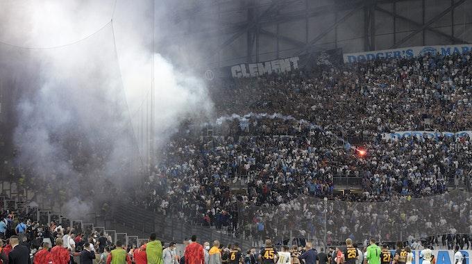 Während des Fußballspiels der Europa League Gruppe E zwischen Marseille und Galatasaray im Stadion Stade Velodrome in Marseille wird von Fans eine Fackel gezündet.
