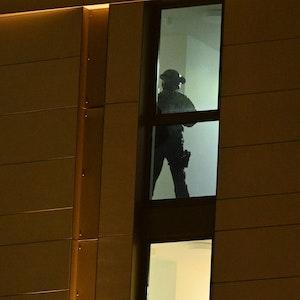 Spezialkräfte der Polizei im Einsatz in einem Hotel.
