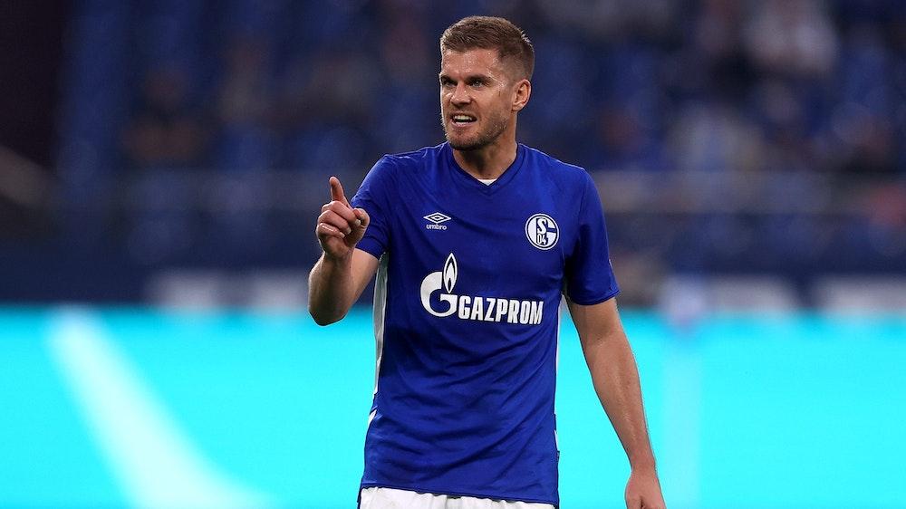 Simon Terodde streckt im Spiel von Schalke 04 den Zeigefinger aus.