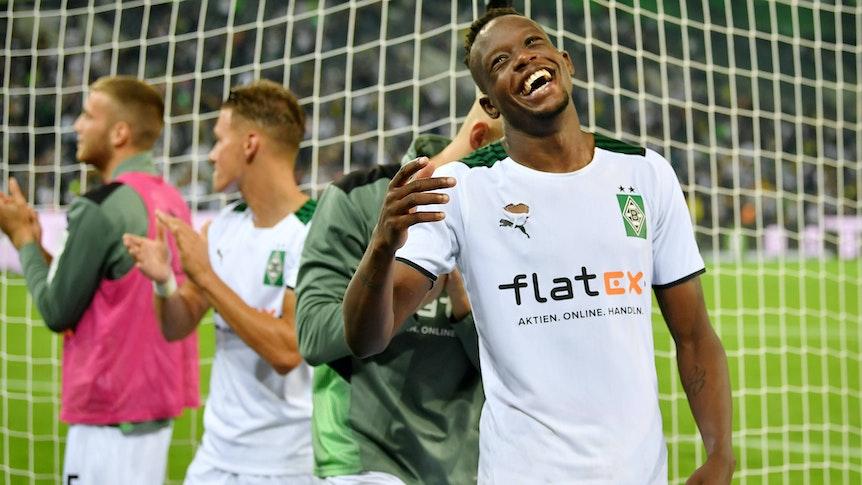 Denis Zakaria von Borussia Mönchengladbach lacht und feiert nach dem 1:0-Sieg der Fohlen gegen den BVB am 25. September 2021 im Borussia-Park.