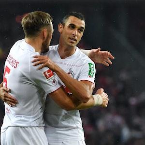Kölns Rafael Czichos feiert mit Torschütze Ellyes Skhiri (r) das Tor zum 2:1.