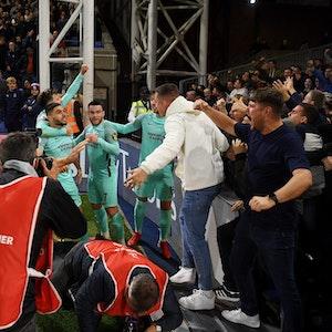 Spieler von Brighton & Hove Albion jubeln im Spiel bei Crystal Palace mit ihren Fans.