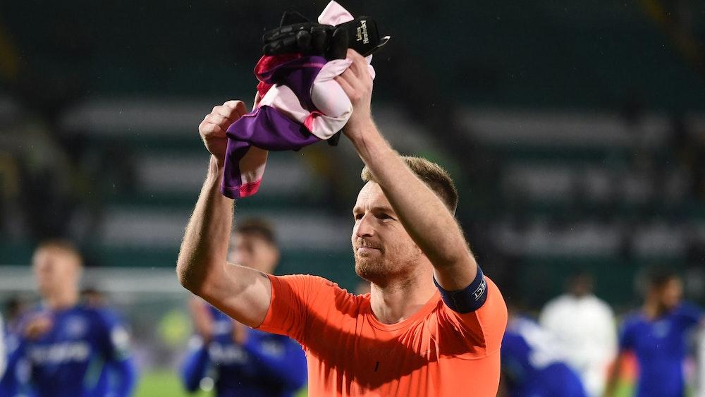 Lukas Hradecky von Bayer Leverkusen bedankt sich bei den Fans.
