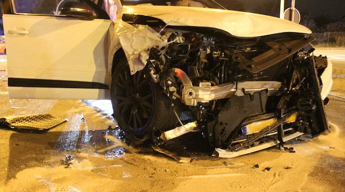 Die Front eines Audi Q7 ist stark beschädigt.