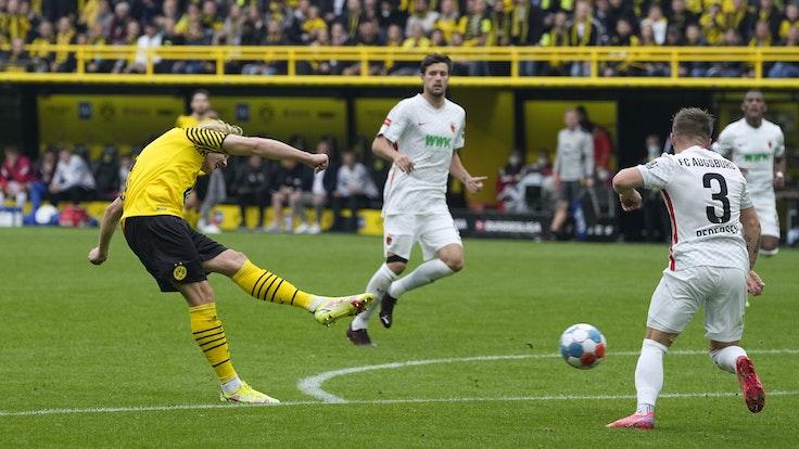 Dortmunds Julian Brandt trifft gegen den FC Augsburg.