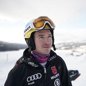 Felix Neureuther blickt nachdenklich nach oben