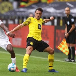 Sergio Cordova vom FC Augsburg im Zweikampf mit Mats Hummels von Borussia Dortmund.