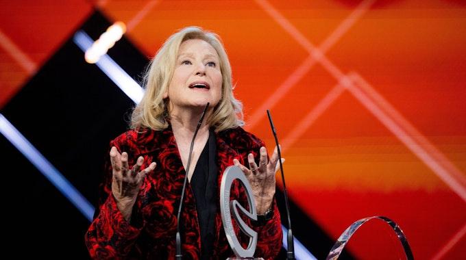 """Maren Kroymann, Gewinnerin in der Kategorie """"Ehrenpreis"""" spricht bei der Verleihung des """"Deutschen Comedypreises""""."""