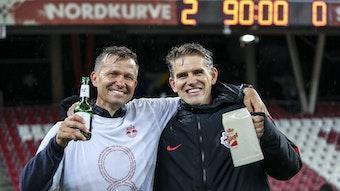 Ein Freund, ein guter Freund: Jesse Marsch und Christoph Freund beim Siegerbier.