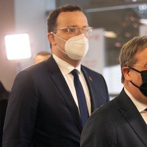Jens Spahn (CDU, l), Bundesgesundheitsminister, und Armin Laschet (CDU), Ministerpräsident von Nordrhein-Westfalen, am 01.12.2020 im Impfzentrum im Düsseldorfer Stadion.