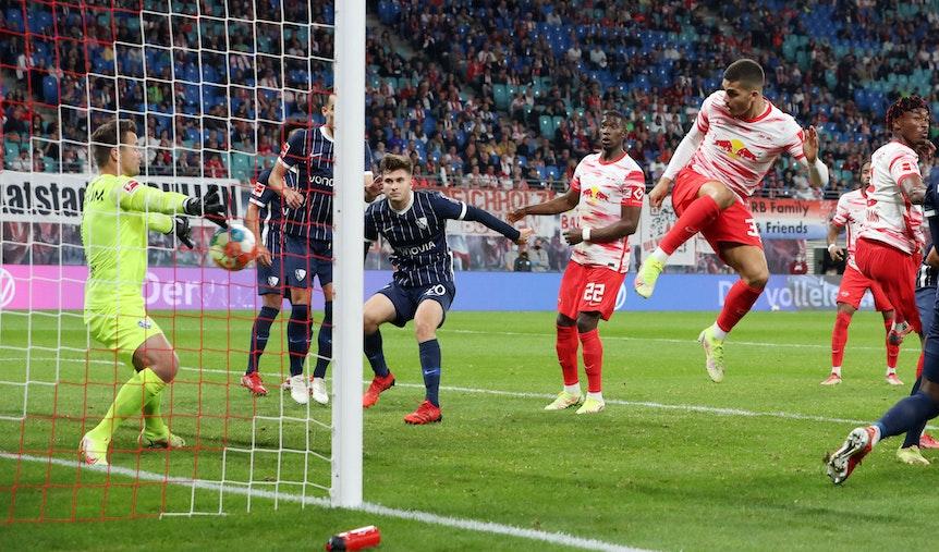 Sein erster Treffer für RB Leipzig aus dem Spiel heraus: André Silva trifft per Kopf zum 1:0 gegen Bochum.