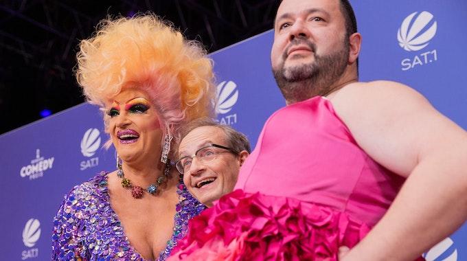 Dragqueen Olivia Jones mit Wigald Boning und Oliver Polak posieren beim Comedypreis 2021