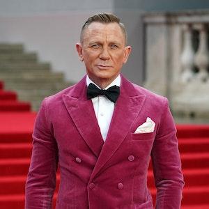 Daniel Craig steht für ein Foto auf dem roten Teppich.