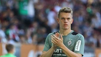 Matthias Ginter (Bor. Mönchengladbach) klatscht zu den Fans vor dem Spiel, vor Spielbeginn, FC Augsburg vs. Borussia Mönchengladbach am 18. September 2021.