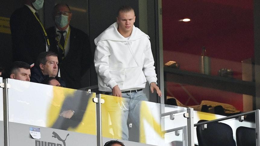 Dortmunds Erling Haaland auf der Tribüne gegen den FC Augsburg.