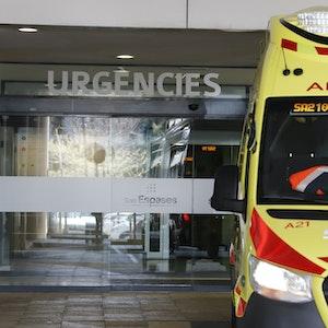 Ein Rettungswagen steht vor der Notaufnahme des Universitätskrankenhauses Son Espases in Palma.