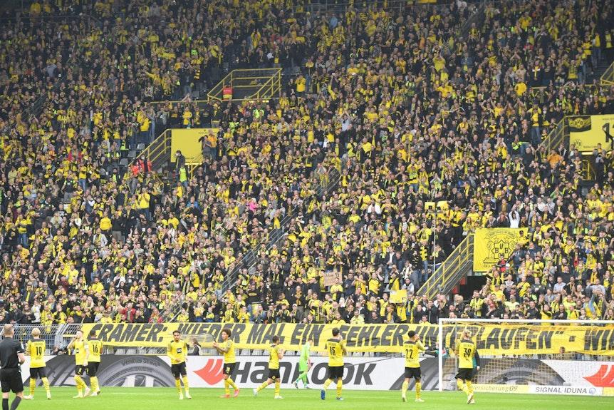 Dortmund-Fans üben auf einem Banner Kritik an dem Mitgeschäftsführer von Borussia Dortmund, Carsten Cramer.