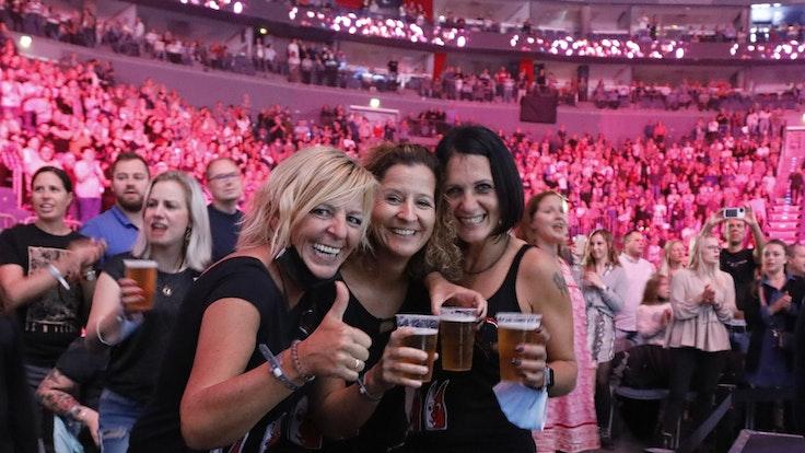Feiernde Menschen bei Kölle Singt 2021 in der Lanxess Arena am 3. Oktober 2021. Foto: Daniela Decker